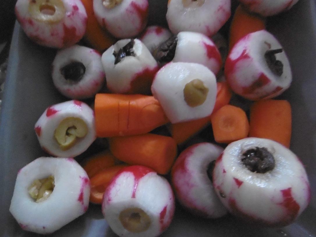 Radis yeux Halloween et carotte doigt