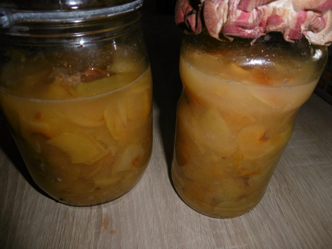 Vinaigre de cidre avec pelures et trognons de pommes